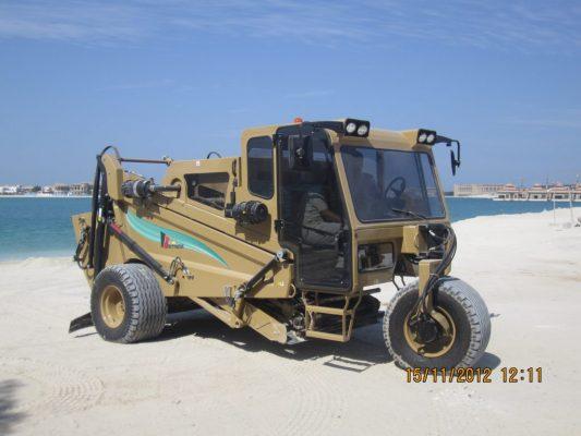 Seaweed beach cleaning machine